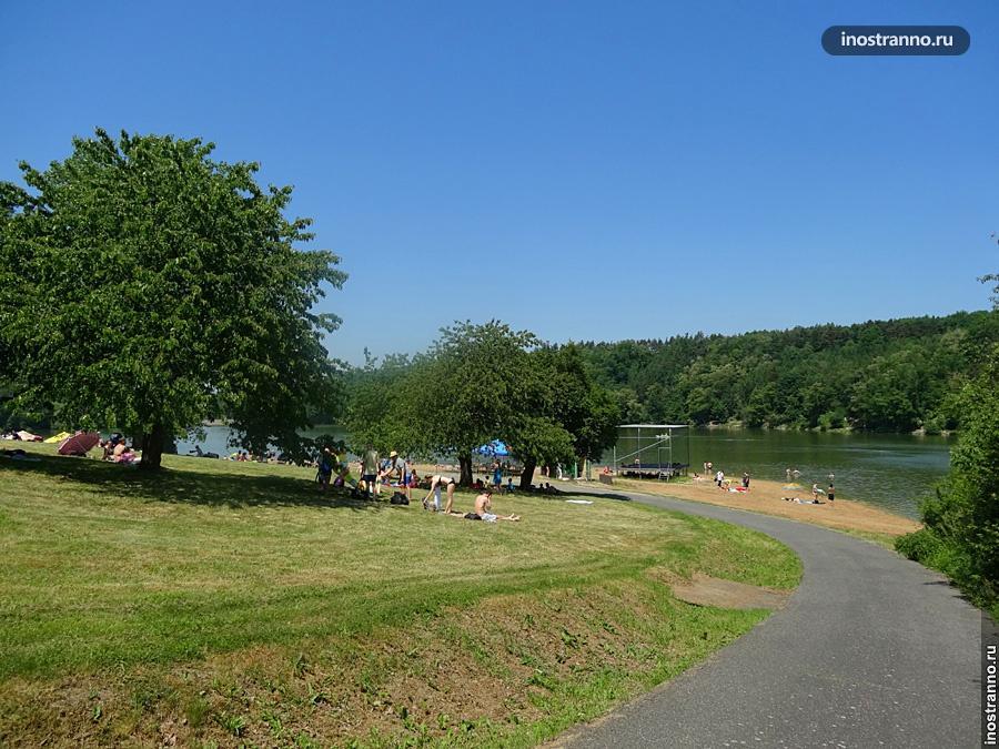 Озеро Джбан в Праге где можно позагорать