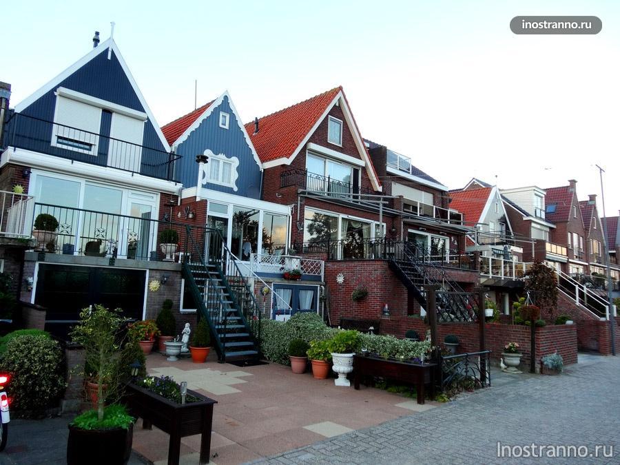Волендам в Нидерландах с черепичной крышей