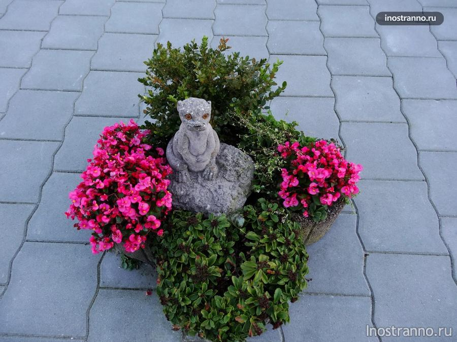 скульптура и цветы - Волендам