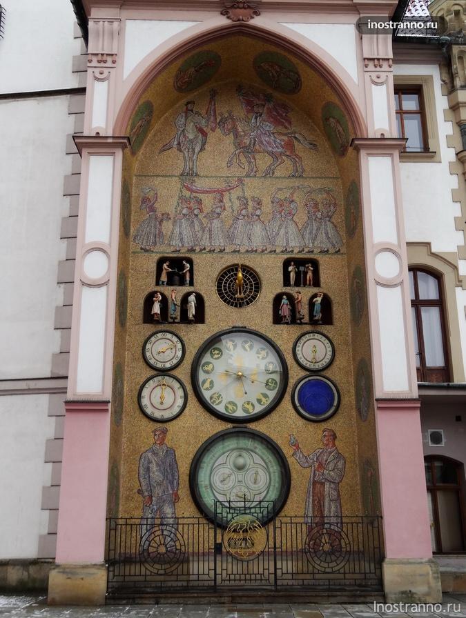 часы на центральной площади оломоуца