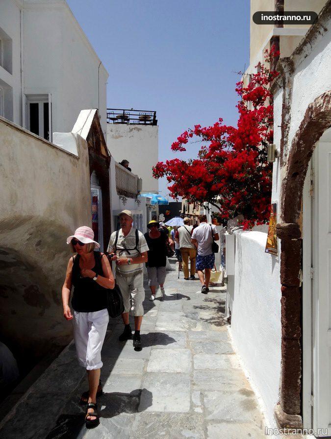 туристы на экскурсии на Санторини