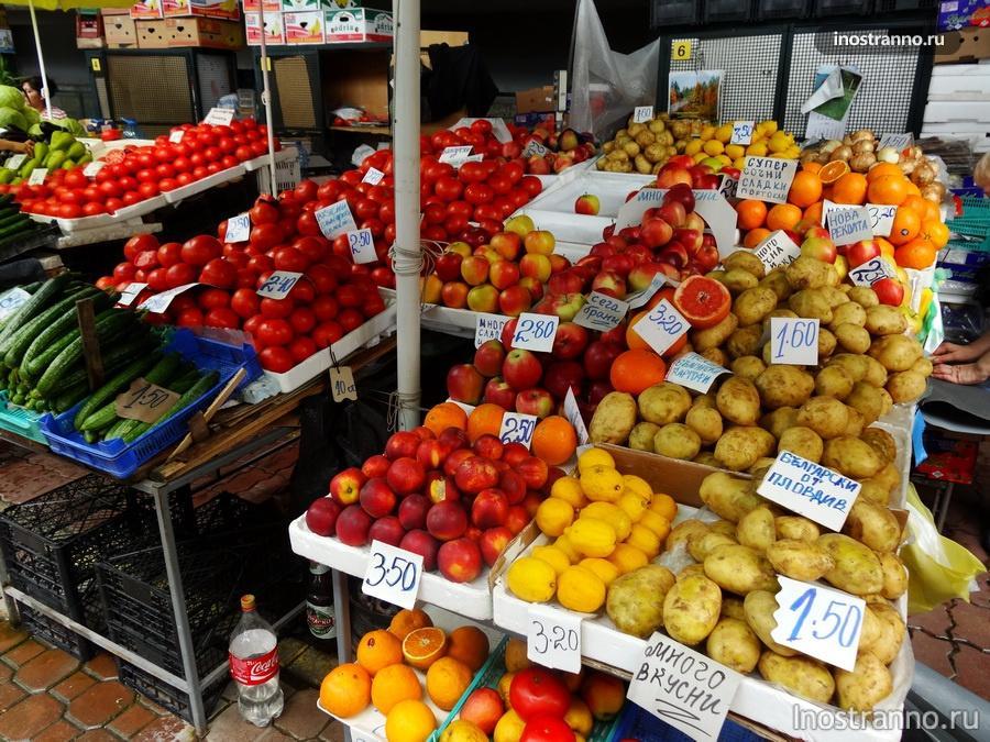 фрукты и овощи на рынке Болгарии