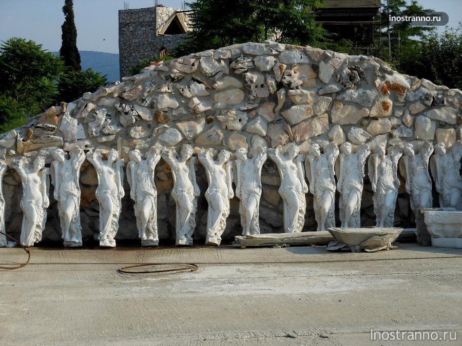 скульптуры в замке