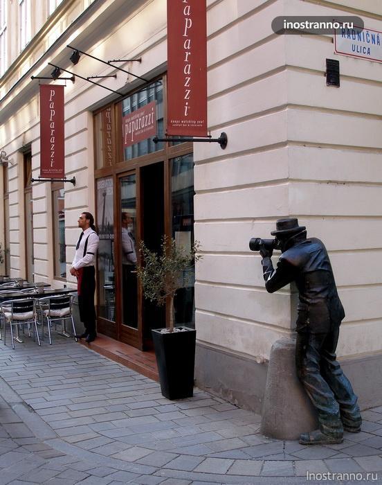 скульптура Paparazzi в Братиславе, Словакия