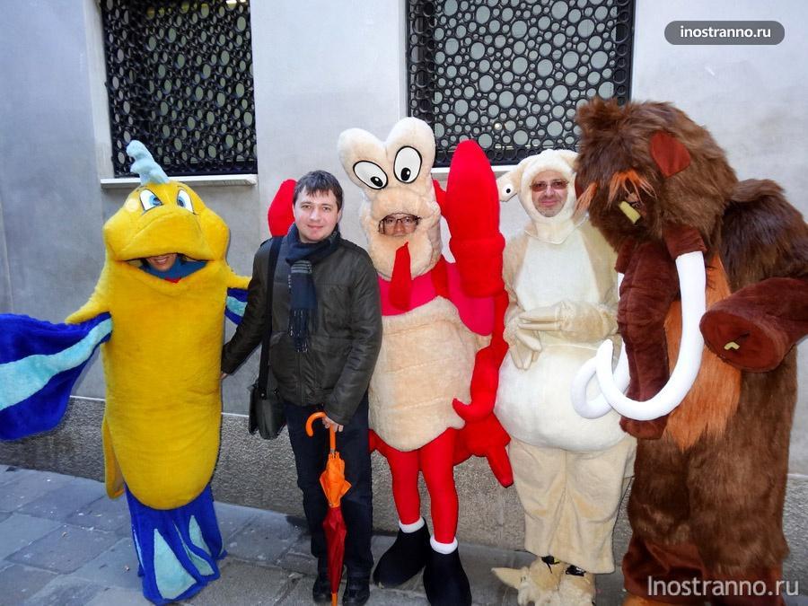 веселые костюмы на карнавале в Венеции