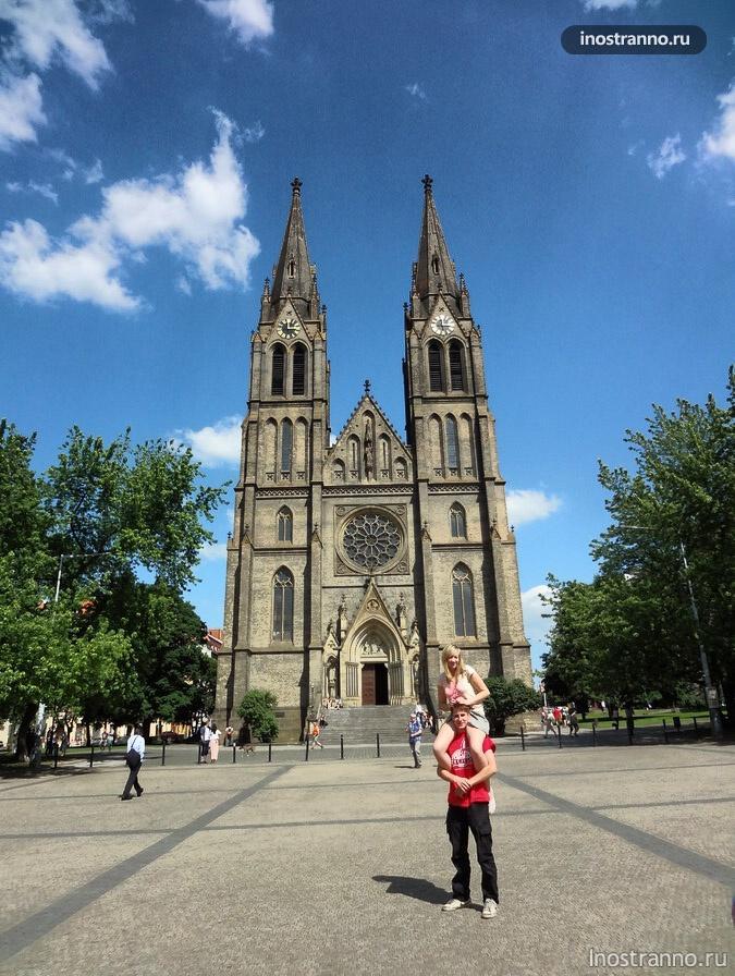 Намести Миру и Храм Святой Людмилы