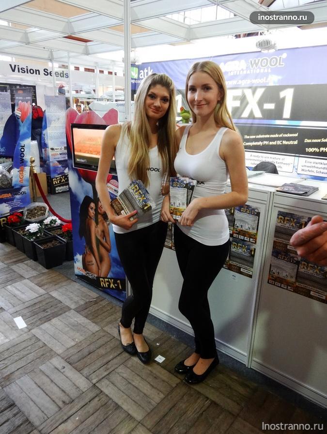 Промо-девушки с выставки конопли