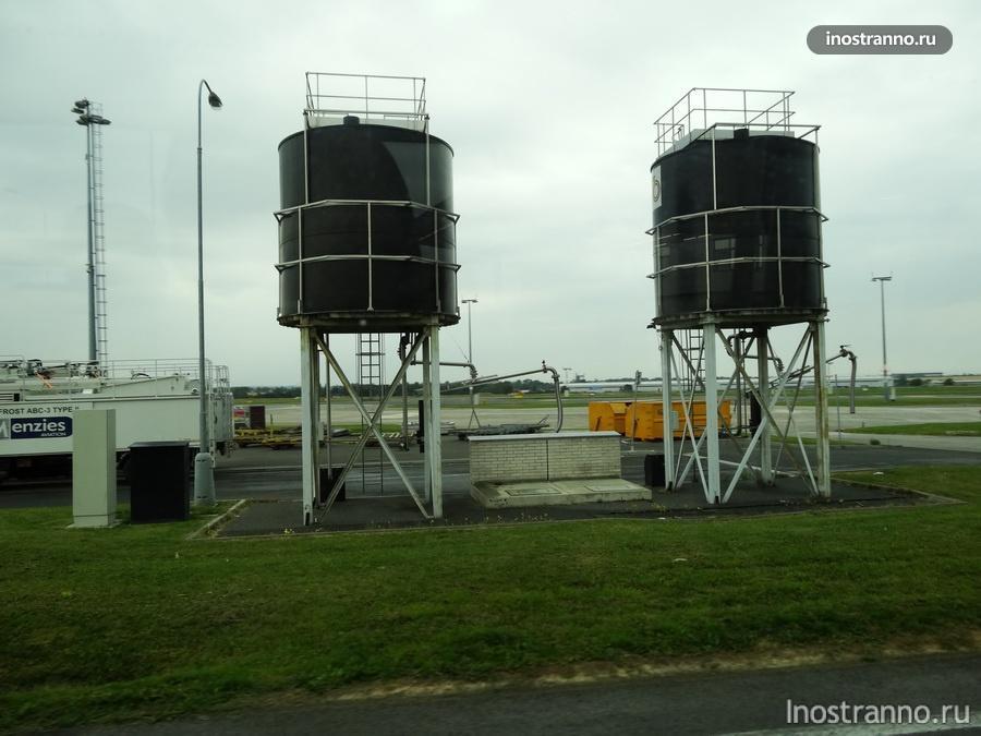 резервуары в аэропорту
