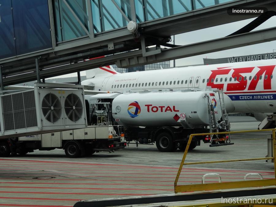 топливозаправщик в аэропорту Праги