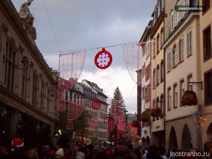 подсветка на рождественском рынке франция