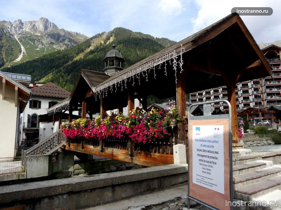 Деревянные мост с цветами во Франции