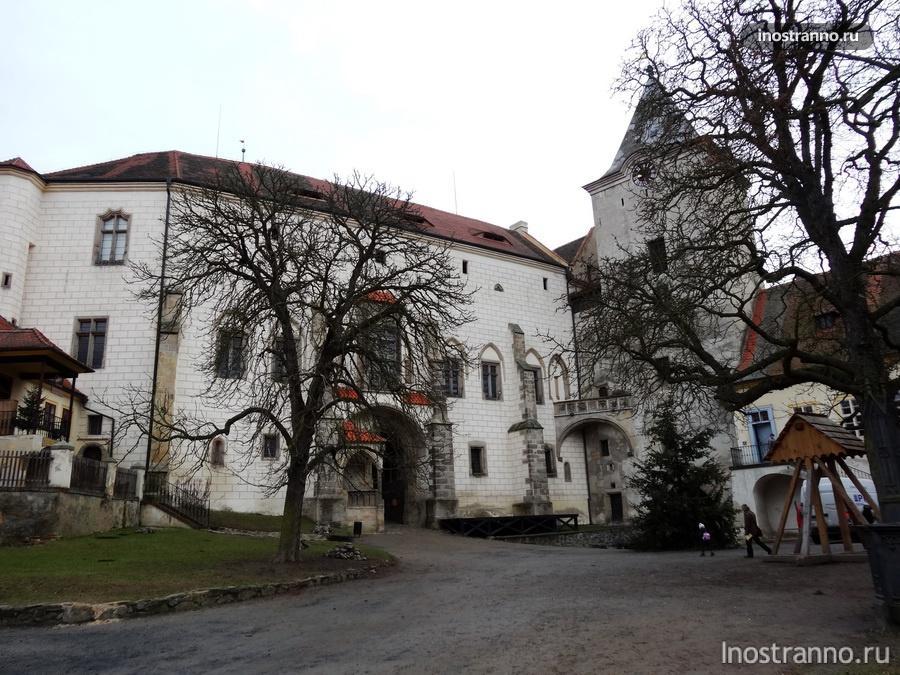 двор замка Крживоклат