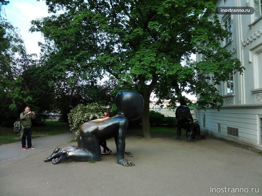 Скульптуры «Младенцы» в Праге