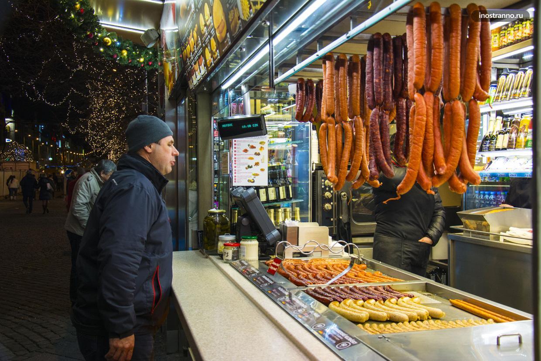 Вацлавские колбаски уличная еда в центре Праги