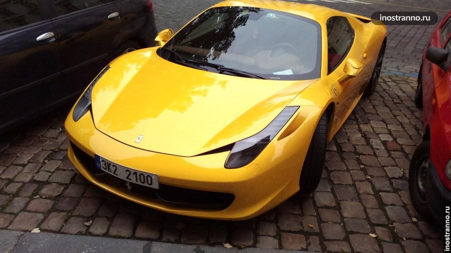 Желтый Ferrari