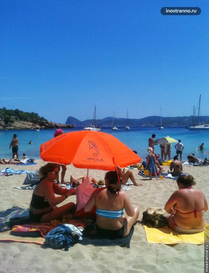 Пляж с белым песком на Ибице