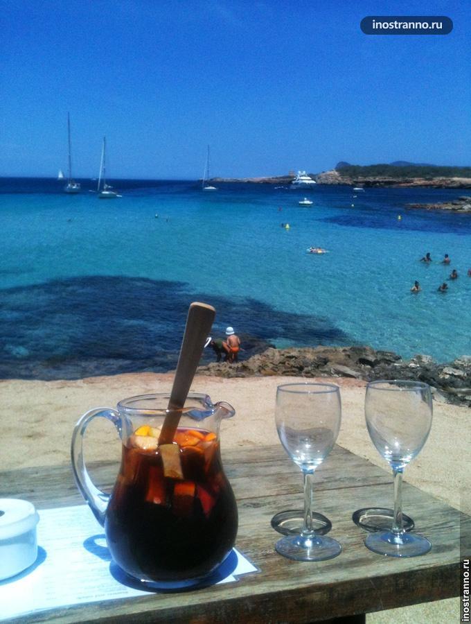 Пляж на Ибице с клубами и сангрией