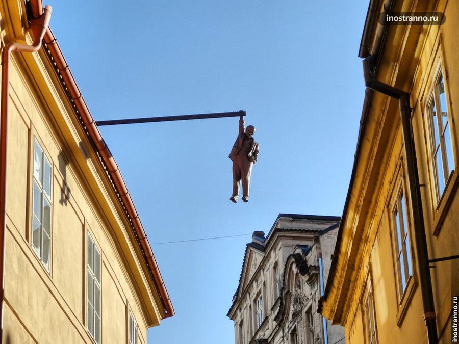 Скульптура Подвешенный человек (Фрейд) в Праге