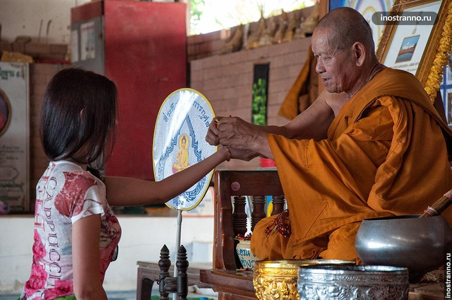 монах в храме большого будды пхукет