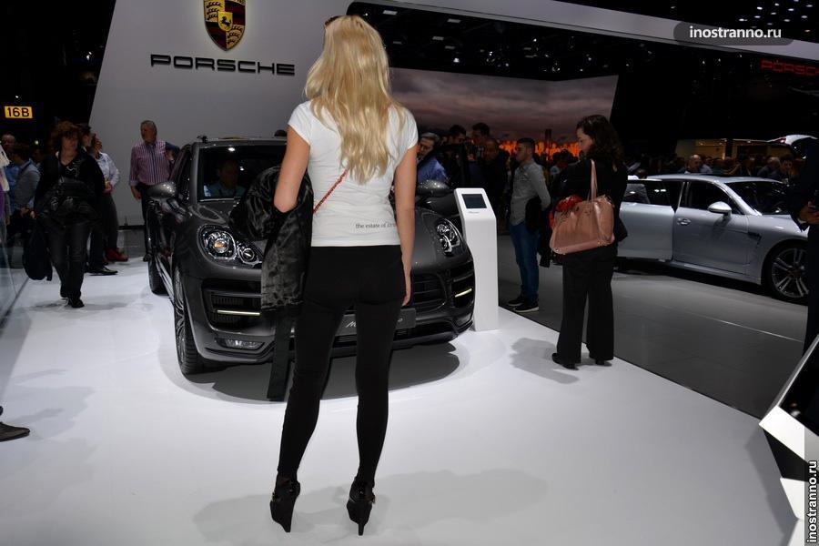 Порше и девушка на автосалоне в Женеве