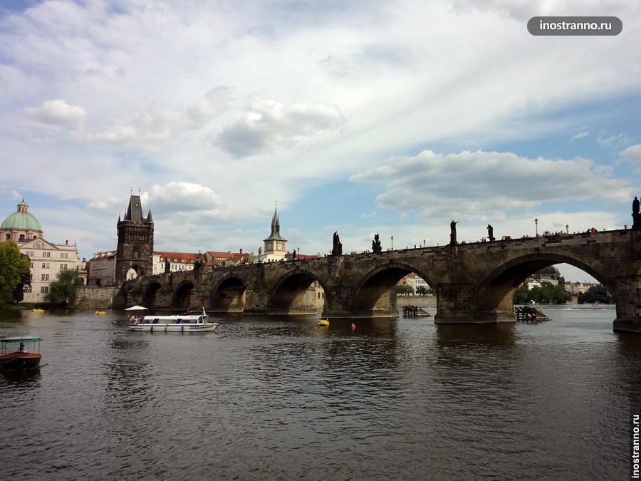 Карлов мост во время прогулки по Влтаве