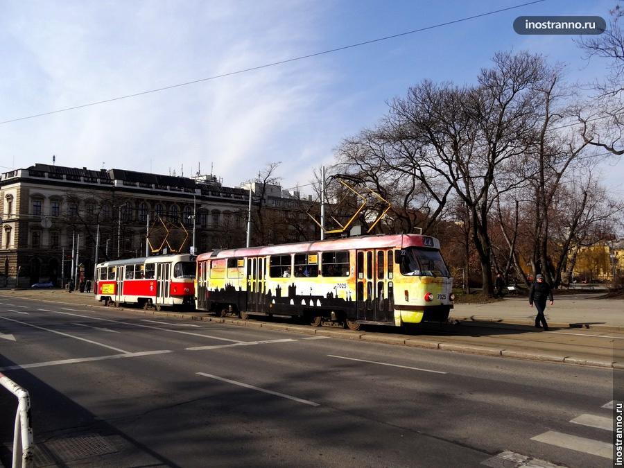 Трамвай в Праге на площади