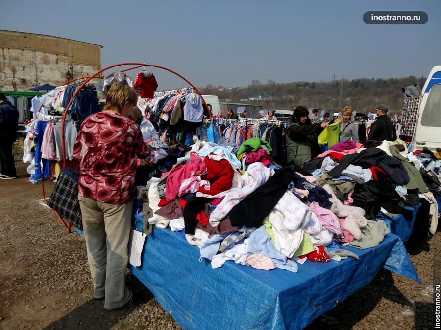 Одежда на рынке в Праге