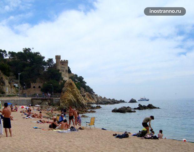 Пляж на курорте Ллорет-де-Мар в Испании
