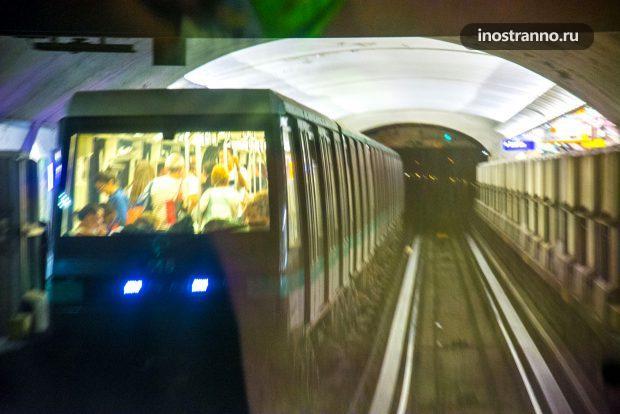 Автоматическое метро в Париже без машиниста