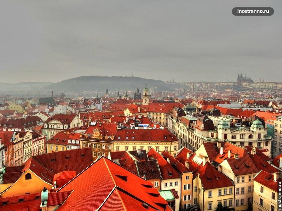 Крыши Праги в тумане