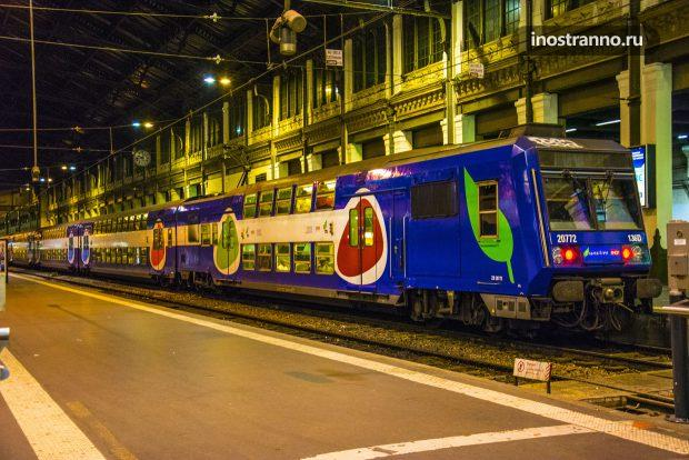 Поезд электричка RER в Париже