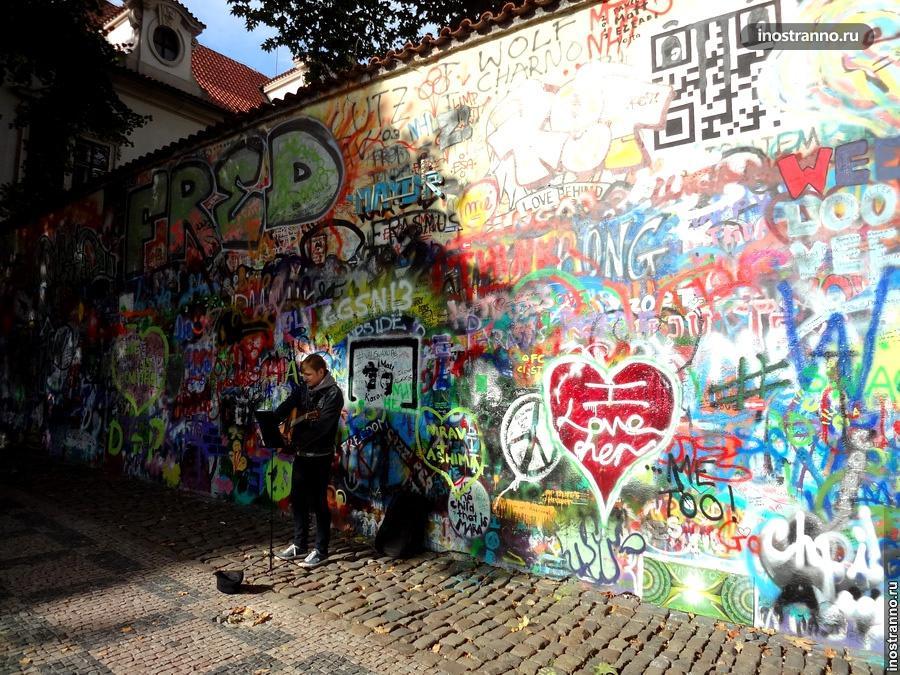 Музыкант у стены Леннона