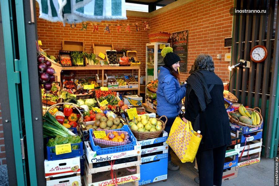 Овощи и фрукты в Италии на рынке
