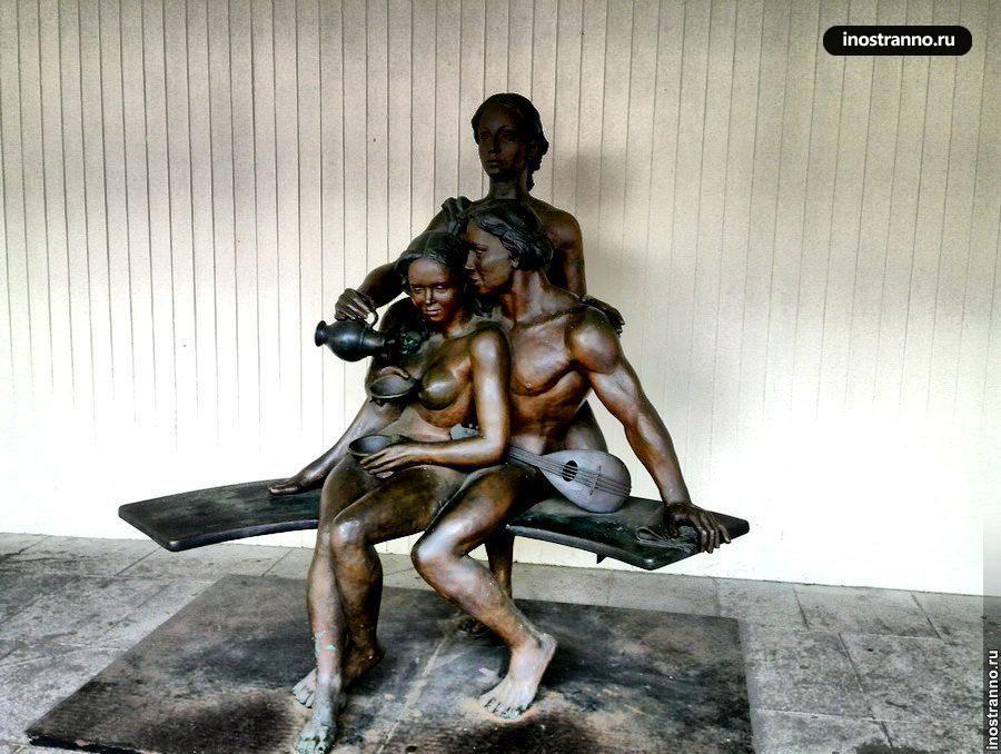 Статуя Бронза - зеркало форм. Вино - зеркало сердца