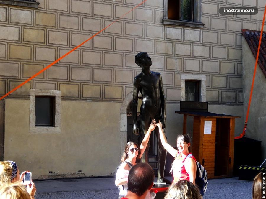 Обнаженный мальчик - Статуя в Праге