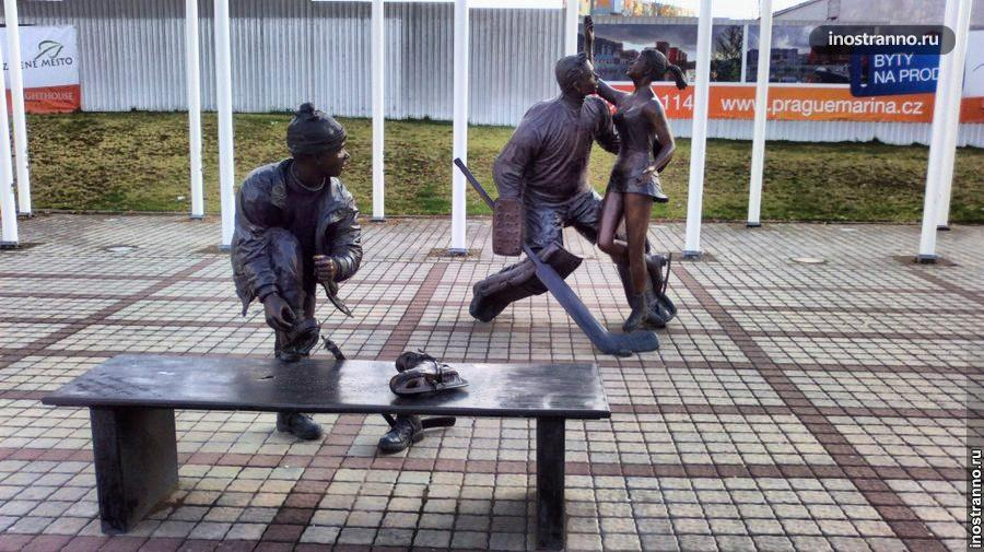 Скульптура хоккеиста в Праге