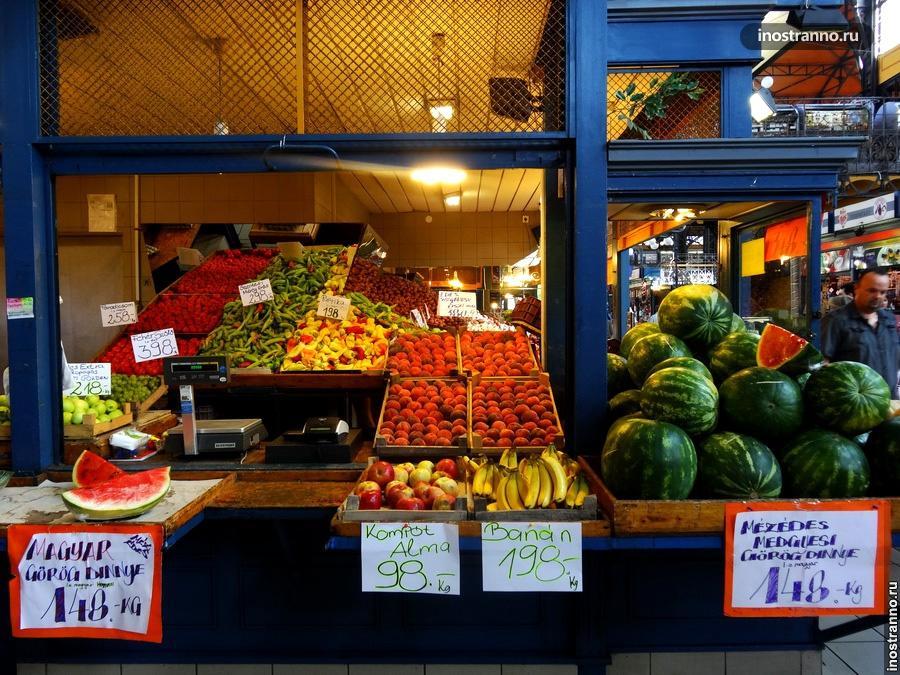 Фрукты и овощи на рынке в Будапеште