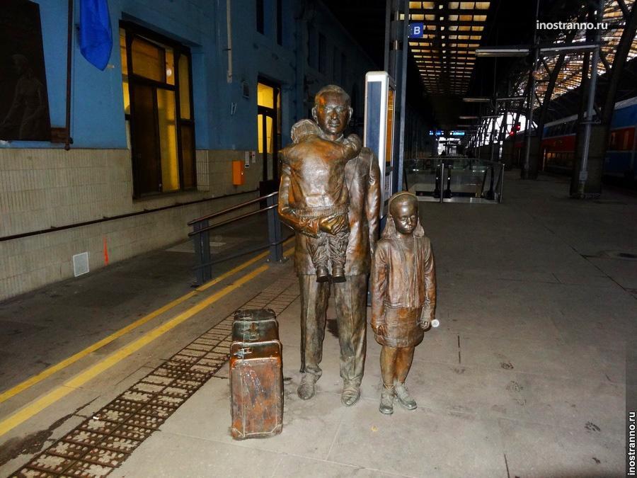 Мемориальная скульптура сэра Николаса Уинтона