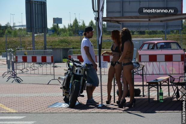 Мотоциклические модели в бикини