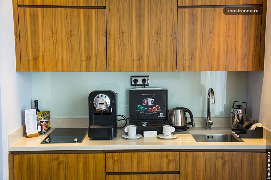 Кухня в номере отеля делюкс