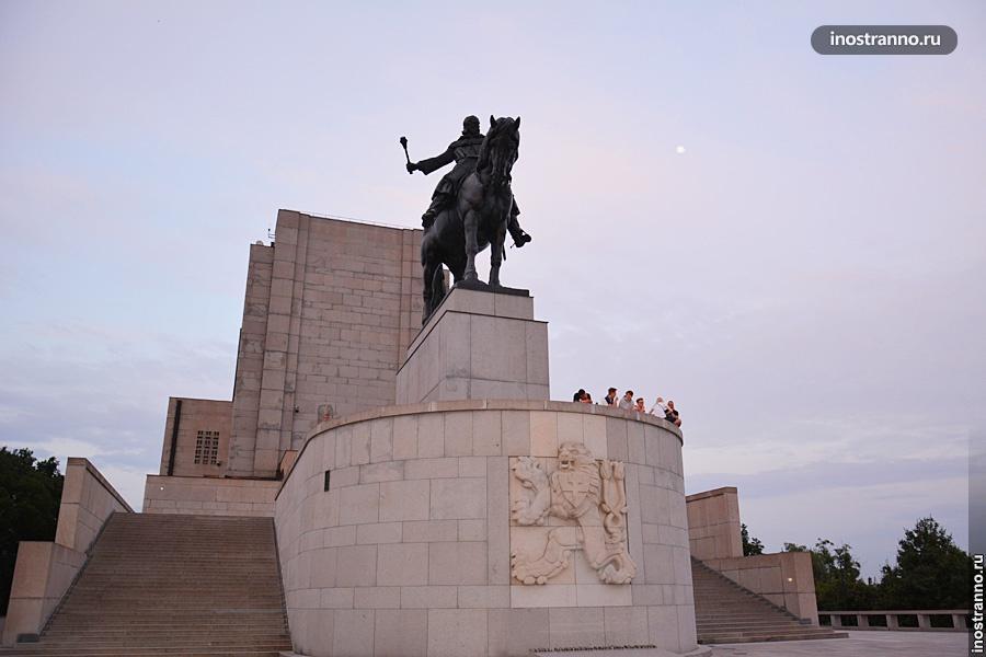 Самая большая конная статуя в мире