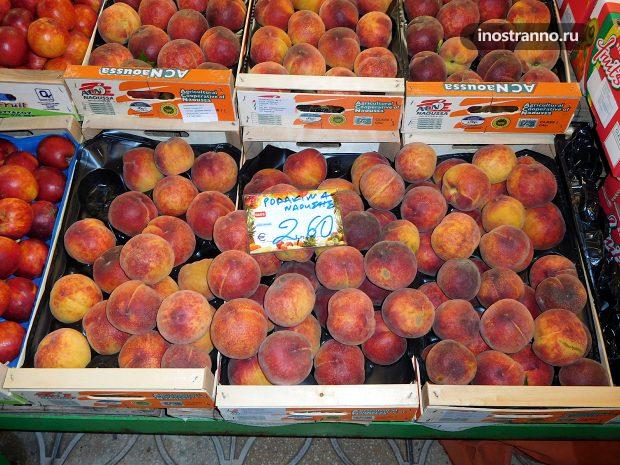 Цены на фрукты и овощи на рынке в Греции