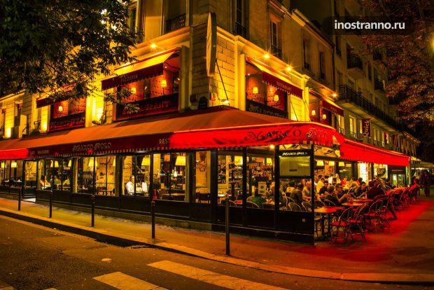 Кафе в ночном Париже