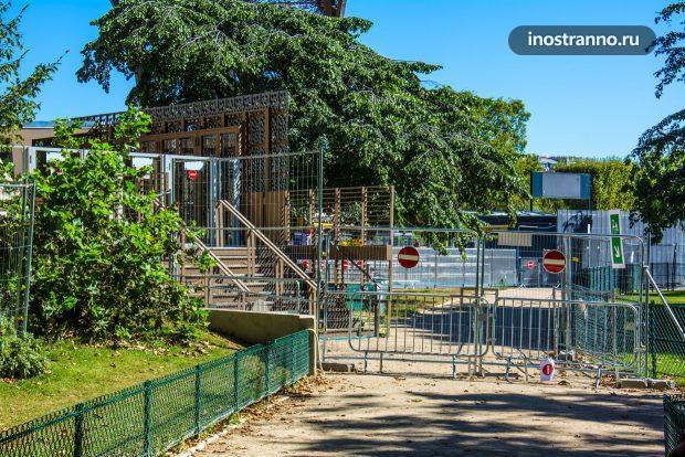 Забор у Эйфелевой Башни