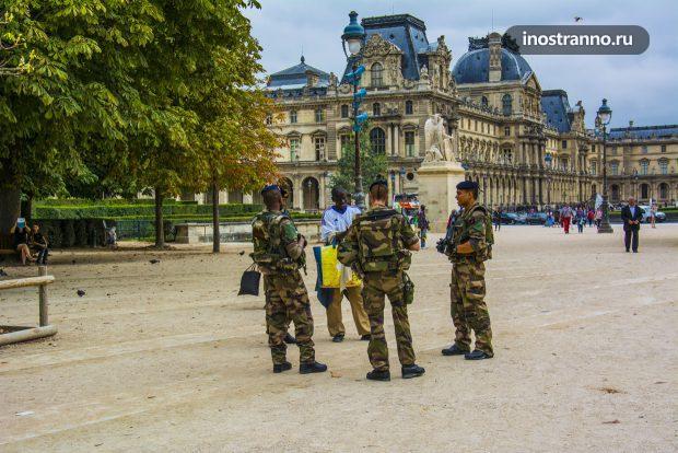 Военные солдаты на улицах Парижа