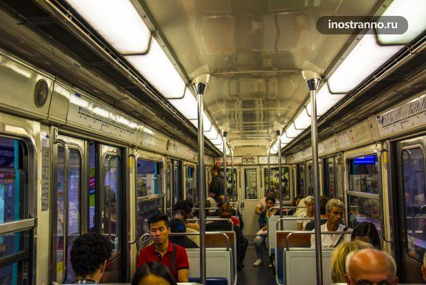 Люди в метро Парижа
