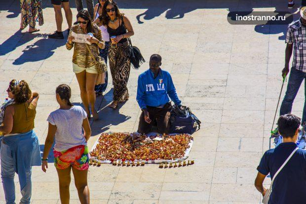 Продавец Эйфелевых башень брелков из Африки в Париже