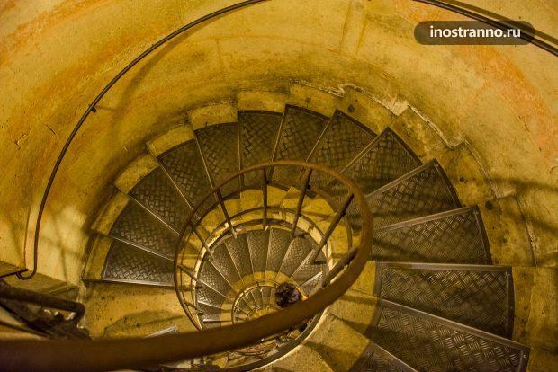 Винтовая лестница в Триумфальной арке