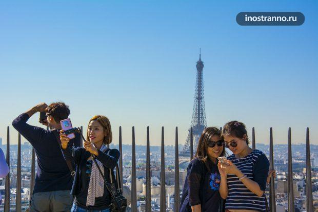 Туристы из Азии в Париже