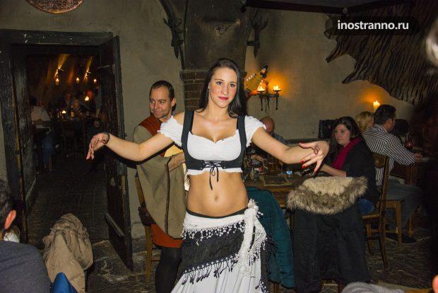 Чешки танцовщицы в ресторане Праги